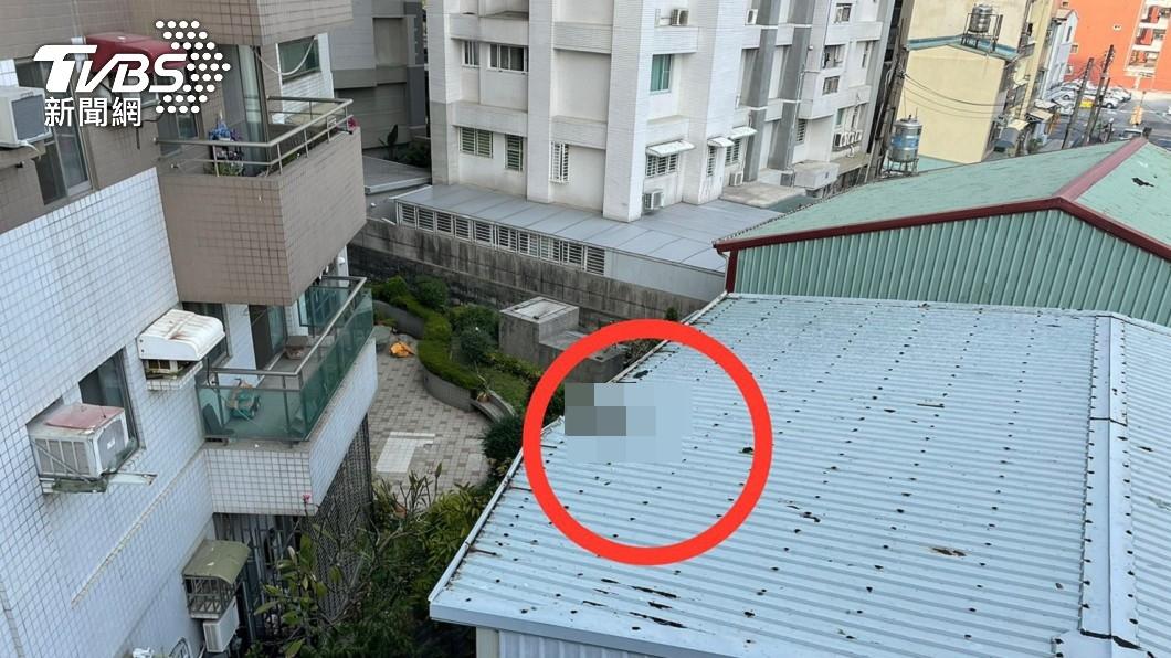 高雄87歲老翁墜樓撞破鐵皮屋,腳遭切斷掉落現場。(圖/TVBS) 高雄翁墜樓撞破鐵皮屋 「腳掌切斷」血淋與屍分離
