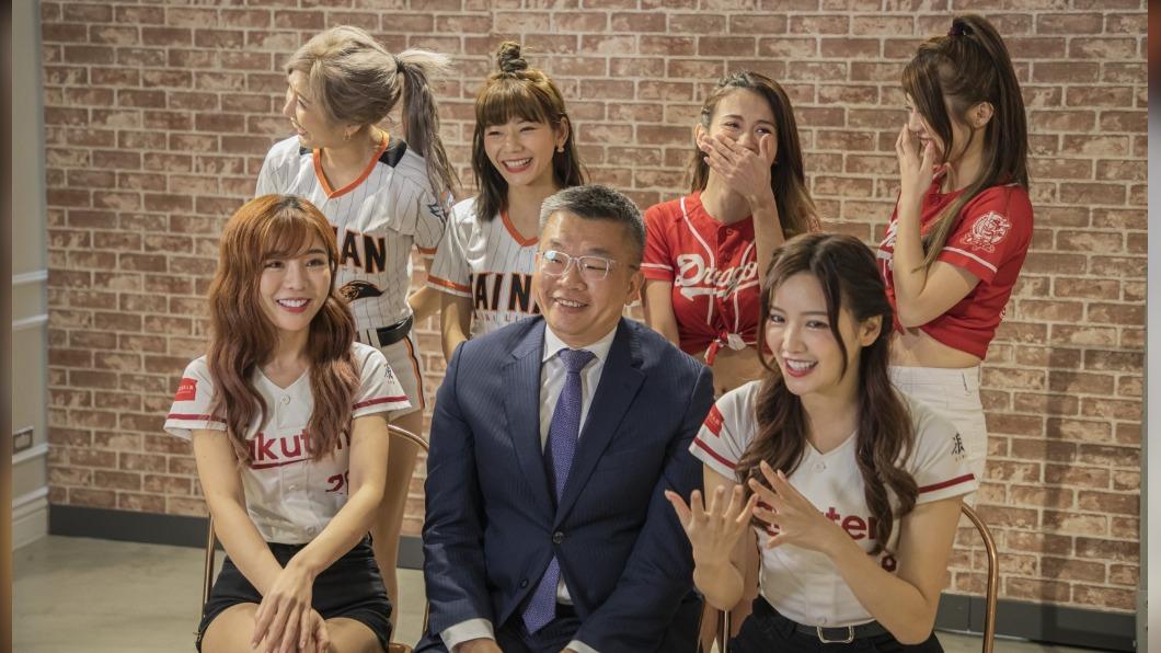 棒球女孩簇擁跳應援舞  蔡其昌上直播宣傳中職開打