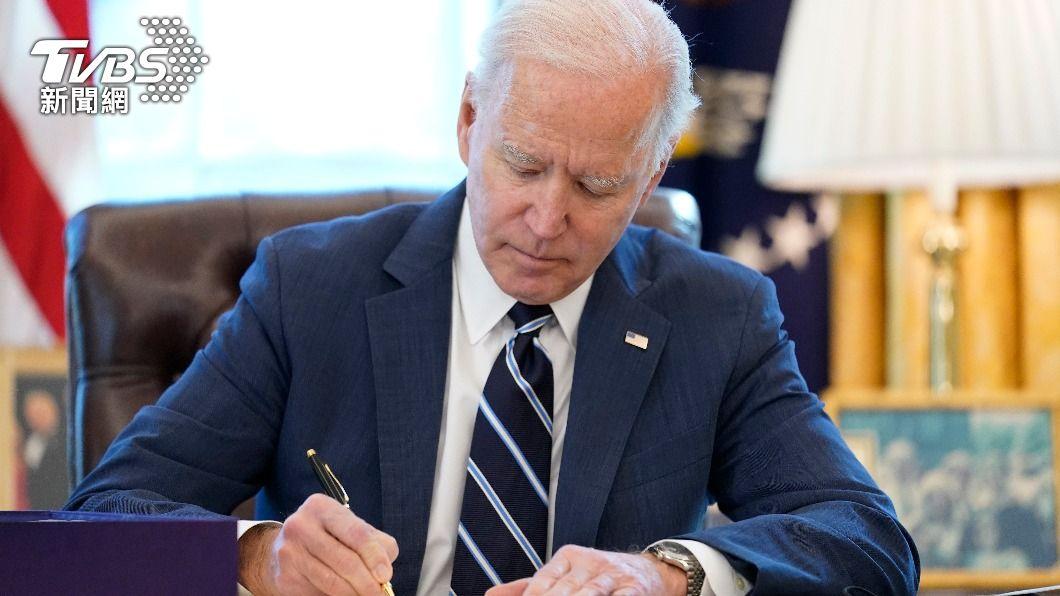 美國總統拜登今(12)日簽署紓困法案,部分民眾周末可收到款項。(圖/達志影像美聯社) 拜登簽署1.9兆美元紓困方案 最快週末入帳