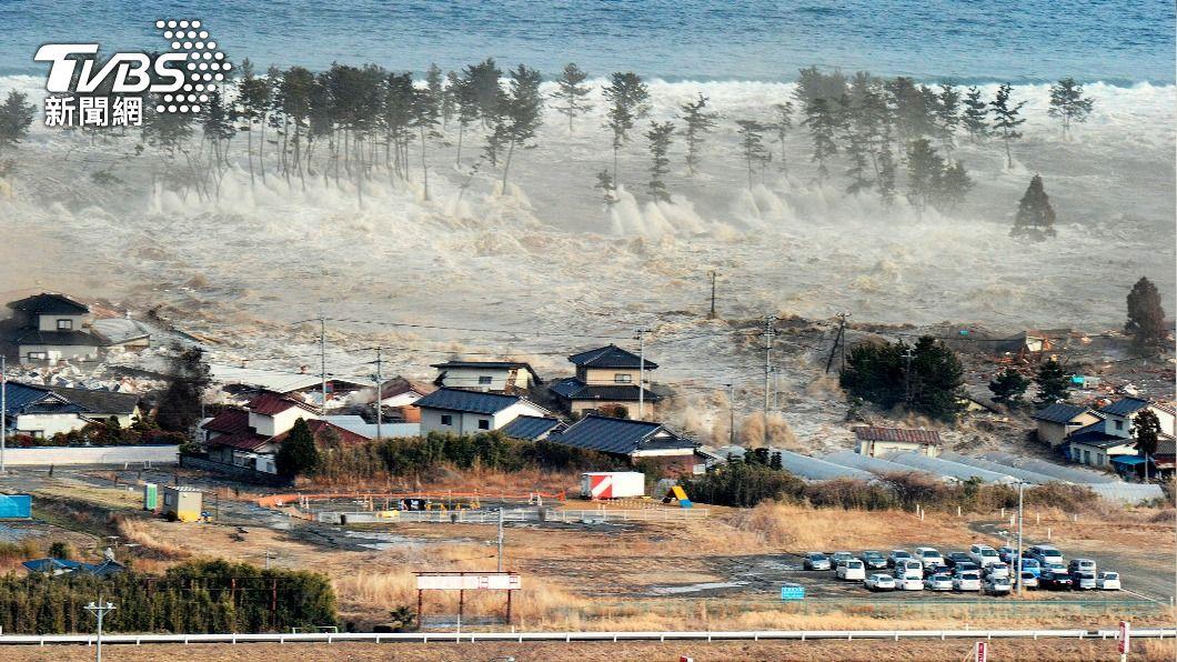 圖為海嘯當時景象。(圖/達志影像路透社) 搭直昇機拍311海嘯獲獎 前NHK攝影記者自責10年