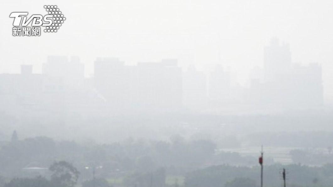 氣象局今(12)日針對新竹等4縣市提出濃霧特報。(圖/中央社) 注意!西半部4縣市濃霧特報 能見度低於200公尺