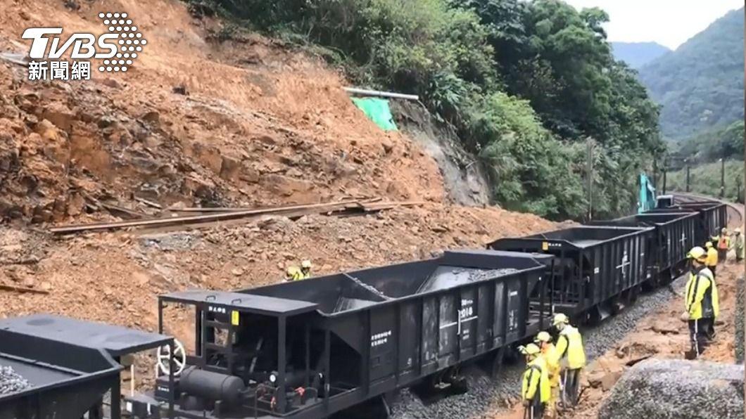 圖為去年底台鐵猴硐瑞芳段發生邊坡坍方。(圖/TVBS) 台鐵查出24處不穩定邊坡 林佳龍要求列管監測