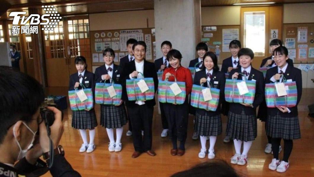 (圖/中央社) 獲贈台特色福袋 福島學童:感謝台灣仍為我們加油