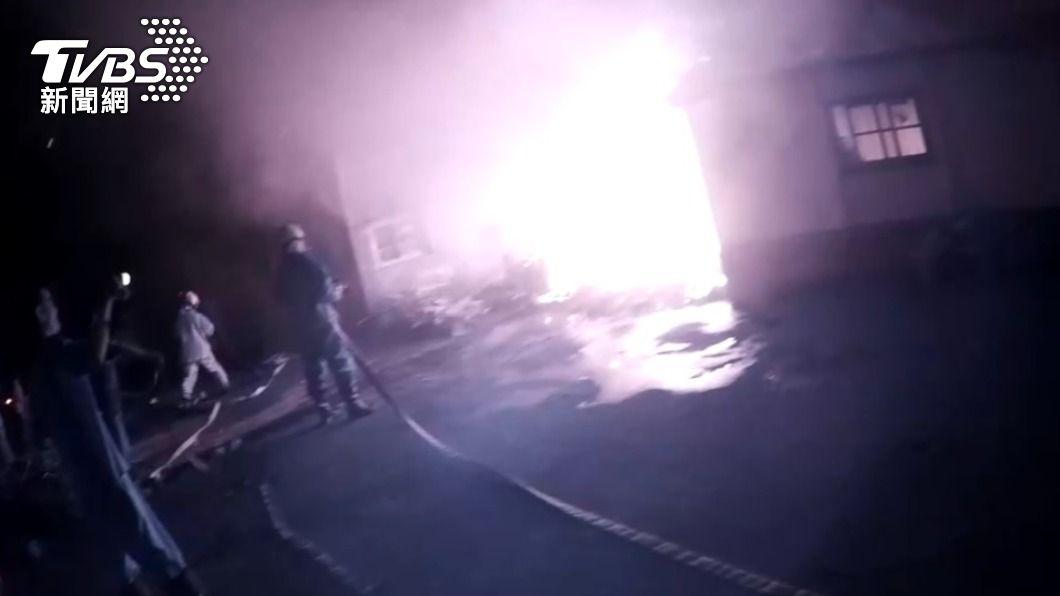 台東一處民宅昨日深夜發生火災意外。(圖/TVBS) 廚房竄惡火6旬嬤困屋中 勇警「衝入火場」緊急救援