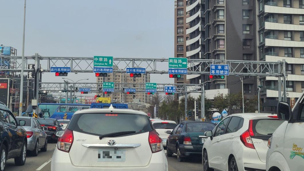 新竹竹北市中華路段有多達10個交通號誌燈。(圖/翻攝自路上觀察學院臉書) 變身賽車道?竹北「1路口塞10紅綠燈」 在地人揭真相