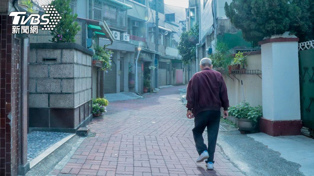高雄一名男子遭子女丟包8年,生活相當困頓。(示意圖/Shutterstock達志影像) 獨力養大2孩遭放生8年 保全爸「1天吃1餐」心寒提告