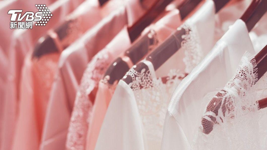 命理專家提醒,鬼月要避免「5組服裝儀容」,容易引來好兄弟。(示意圖/Shutterstock達志影像) 鬼月穿搭禁忌!命理師示警:女性穿這件易招「色鬼上身」