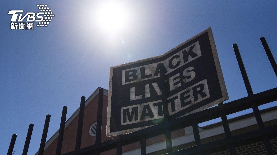 美非裔男子遭白人警員壓頸致死案判決出爐,和解金額達2700萬美元。(圖/達志影像路透社) 非裔遭白人警壓頸致死 市府7.6億與家屬和解