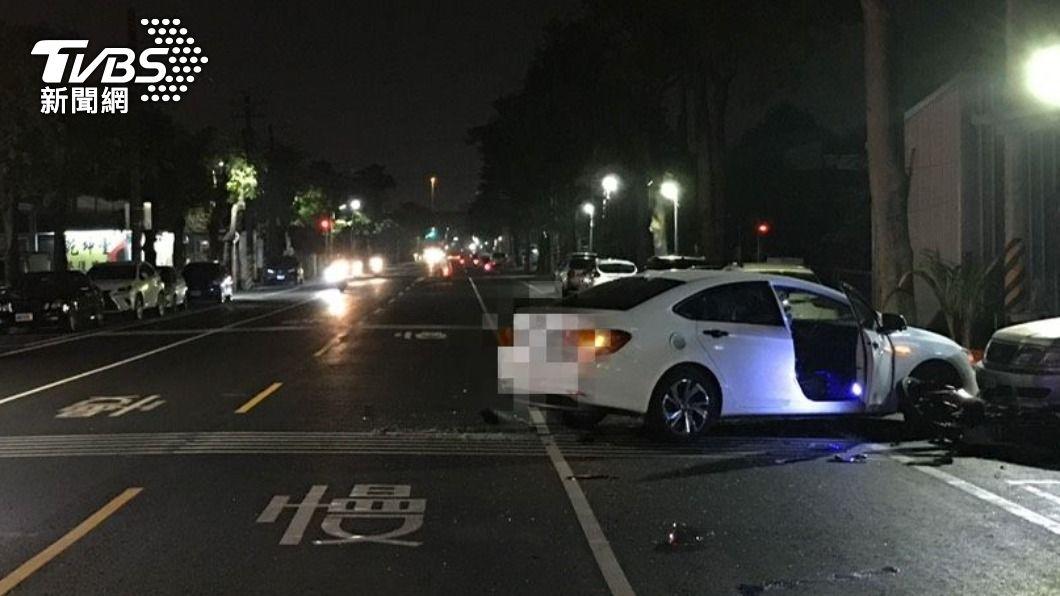 小客車駕駛查看導航,在迴轉過程中不慎與騎士發生碰撞。(圖/TVBS) 22歲男駕車「顧看導航」 路口迴轉撞飛騎士當場亡