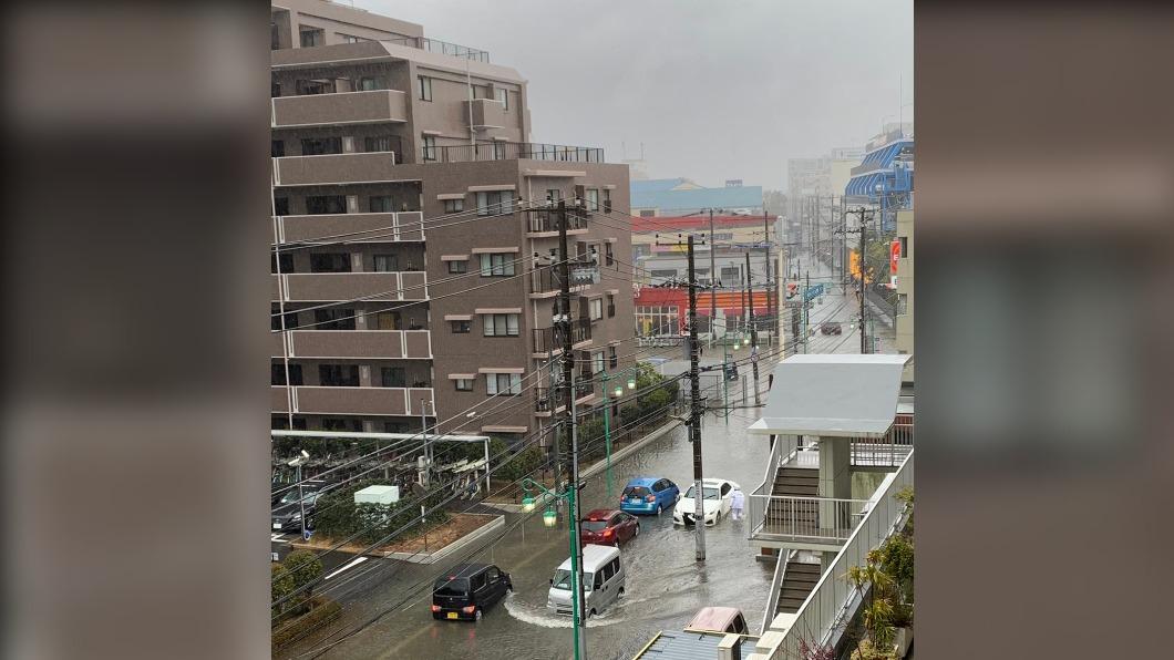 日本千葉縣受大雨影響,針對當地共642名居民發出避難勸告。(圖/翻攝自@lapislazuli280 Twitter) 日本千葉部分地區大雨 642人被要求離家避難