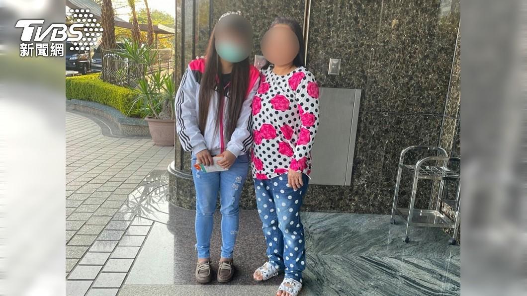 台南萬姓婦人離家31年,警方協助下終於和小女兒團圓。(圖/TVBS) 台南4寶媽遭家暴「逃家31年」 女兒相認不捨淚崩