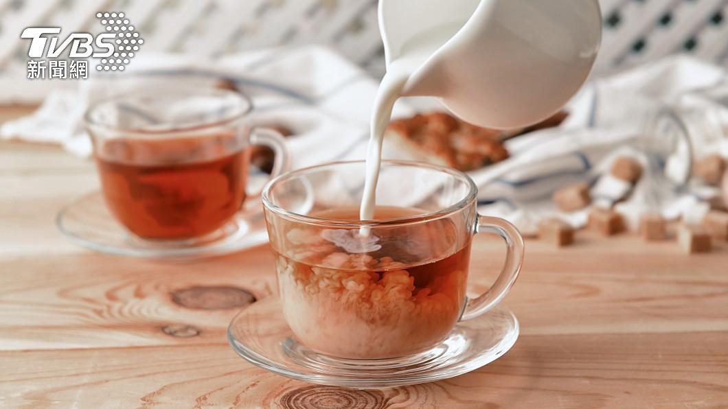 許多人喜歡喝奶茶。(示意圖/shutterstock達志影像) 買熱奶茶求「半糖微冰」店員傻住 客不滿留1星負評
