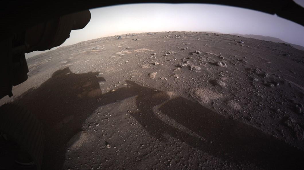 火星探測車「毅力號」拍下的火星影像。(圖/翻攝自NASA臉書) NASA免費發送火星太空船票 台灣名列「國家」