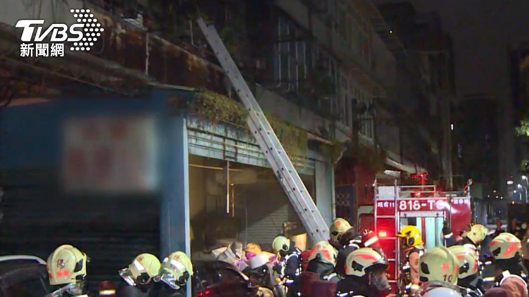新莊一處民宅凌晨發生火警。(圖/TVBS) 新北乾洗店凌晨竄火 「5人一度受困」2人急送醫