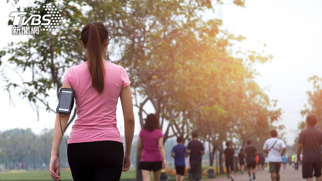 走路冥想不僅助於放鬆心情,也可幫助下半身血液循環。(示意圖/shutterstock達志影像) 壓力大喘不過氣? 「走路冥想」有助轉換心情