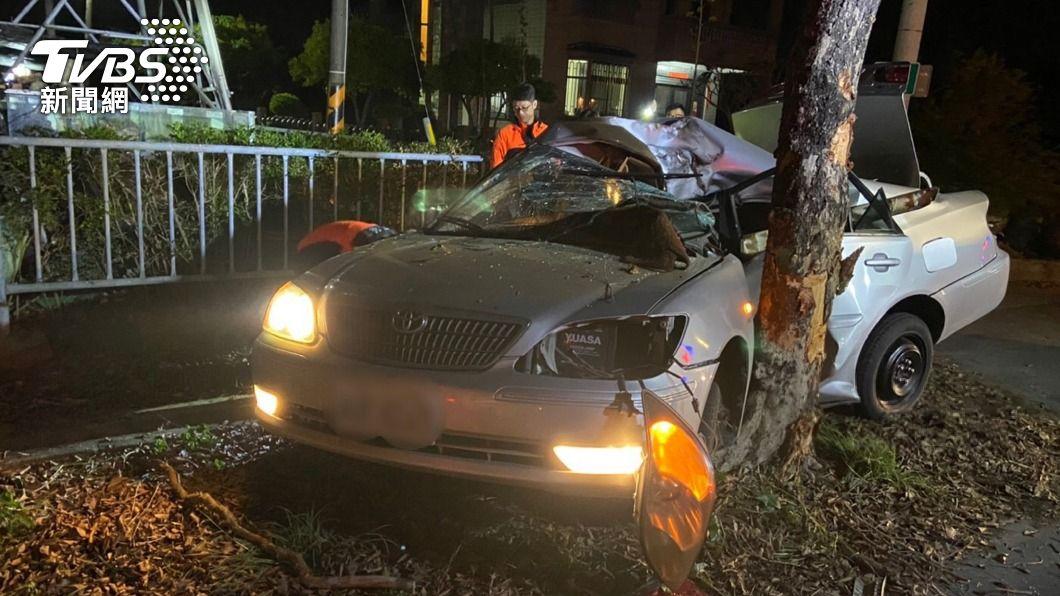 台南市昨(13)日深夜,發生一起小客車自撞身亡意外事件。(圖/中央社) 台南轎車彎道失控撞路樹 駕駛傷重不治