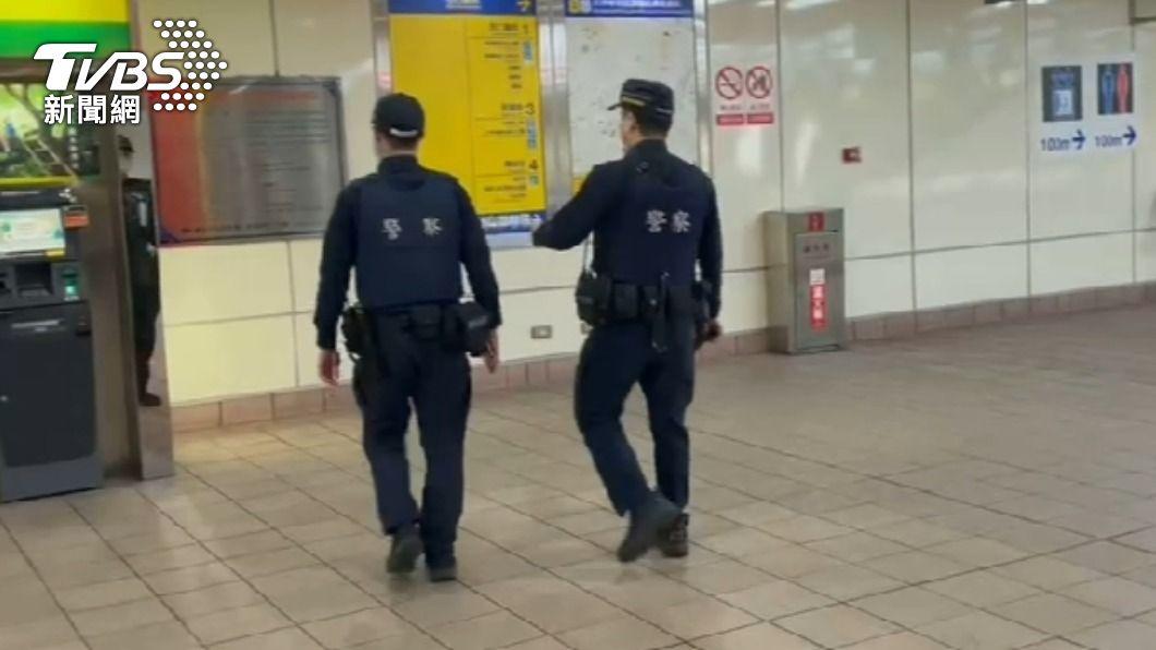北捷收到恐嚇信後,警方加強捷運內巡邏。(圖/TVBS) 嗆北捷大坪林站「將發生爆炸」 少年跟父吵架冒名恐嚇