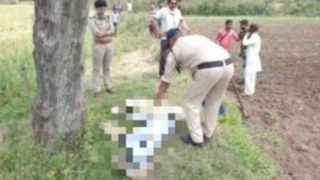 印度一名男子不滿妹妹私奔斬首妹夫。(圖/翻攝自Delhiite_推特) 不爽大叔拐妹私奔 印男「榮譽殺人」怒抄斧頭斬首