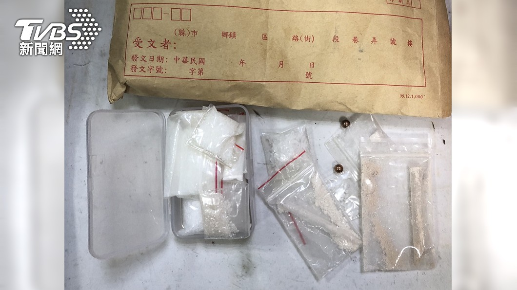 督察人員在新北刑大的備勤室中搜出槍枝與毒品。(圖/TVBS) 弄丟名錶又傳醜聞?備勤室天花板藏槍毒 新北刑大回應了