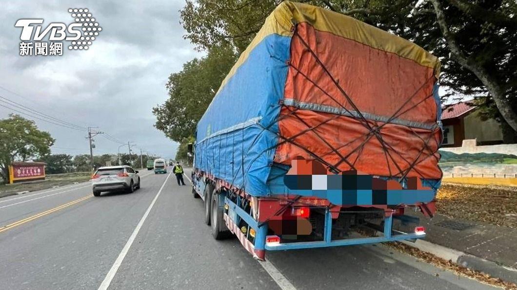大貨車遭開9張罰單,共罰4萬500元。(圖/中央社) 方向燈没打好打滿!國道變換9次車道挨罰4萬