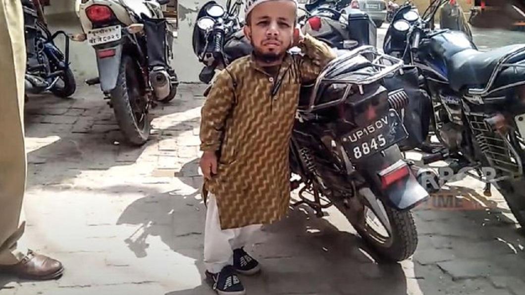 印度一名身高僅60公分的男子,相親5年都找不到對象。(圖/翻攝自推特) 60公分印度富少母胎單身 相親5年沒結果警幫徵婚