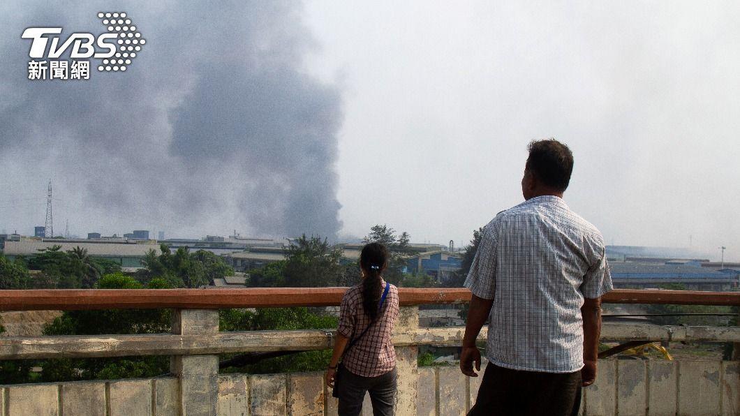 圖/達志影像路透社 緬甸示威台資工廠遭火燒 仰光萊達雅區進入戒嚴