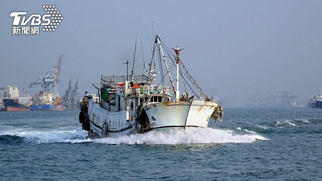 外送員將餐點送上漁船。(示意圖/shutterstock 達志影像) 「幫我送上船」外送員接小琉球訂單 牛排跨海成功運送