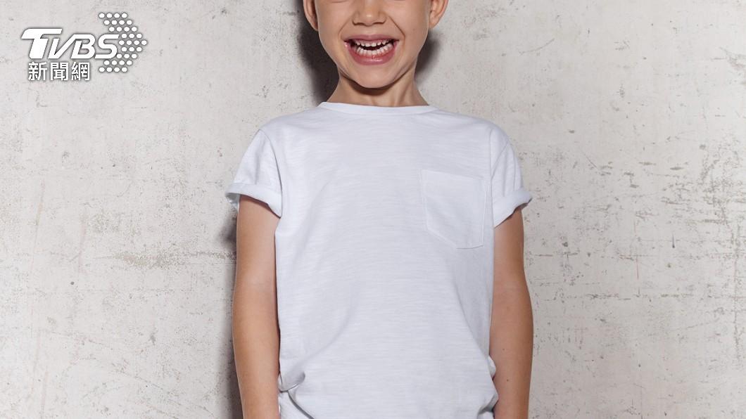 6歲男童以下半身突襲女店員,媽媽竟在旁邊笑。(示意圖/shutterstock達志影像) 男童「下身前後猛頂」嬉鬧 女店員氣炸:他媽還在笑