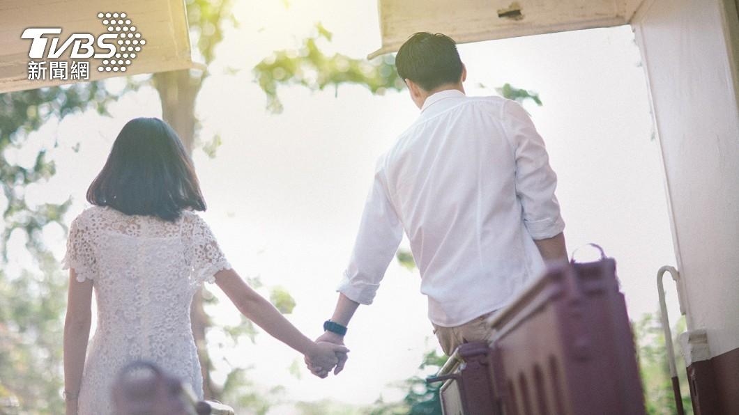 一名OL有個小她3歲的男友,近期男方提出結婚想法。(示意圖/shutterstock 達志影像) 存款2百萬想買房 男友提「婚後離職」OL:該嫁嗎?