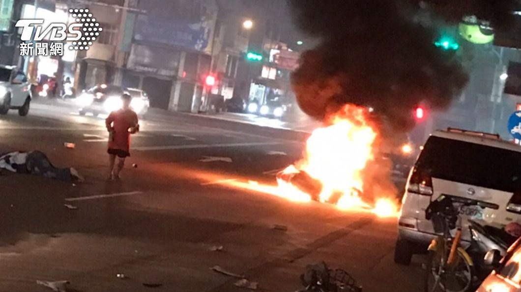 婦騎腳踏車橫切馬路 機車噴飛起火1死1傷