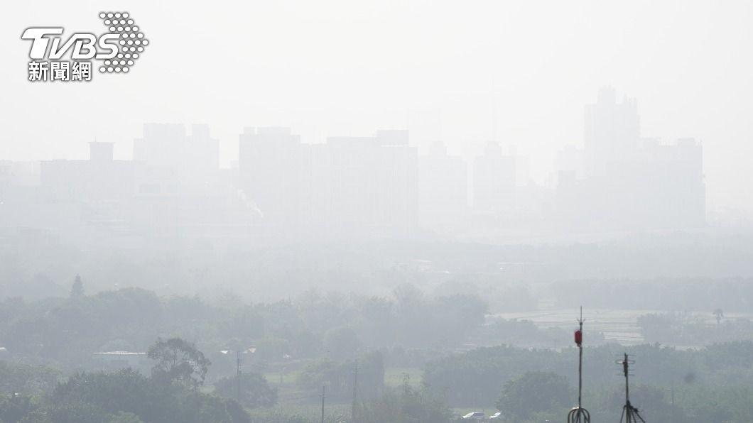 各地天氣晴朗,但西半部空氣品質不佳。(圖/中央社) 天氣晴朗西半部空氣品質不佳 21日北台灣轉溼冷