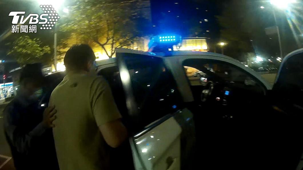 高雄一名男子打掃家裡時誤吸到氯氣,衝路邊攔下警車求助。(圖/TVBS) 拜託救我!「吸到氯氣」突呼吸困難 高雄男奪門攔警車