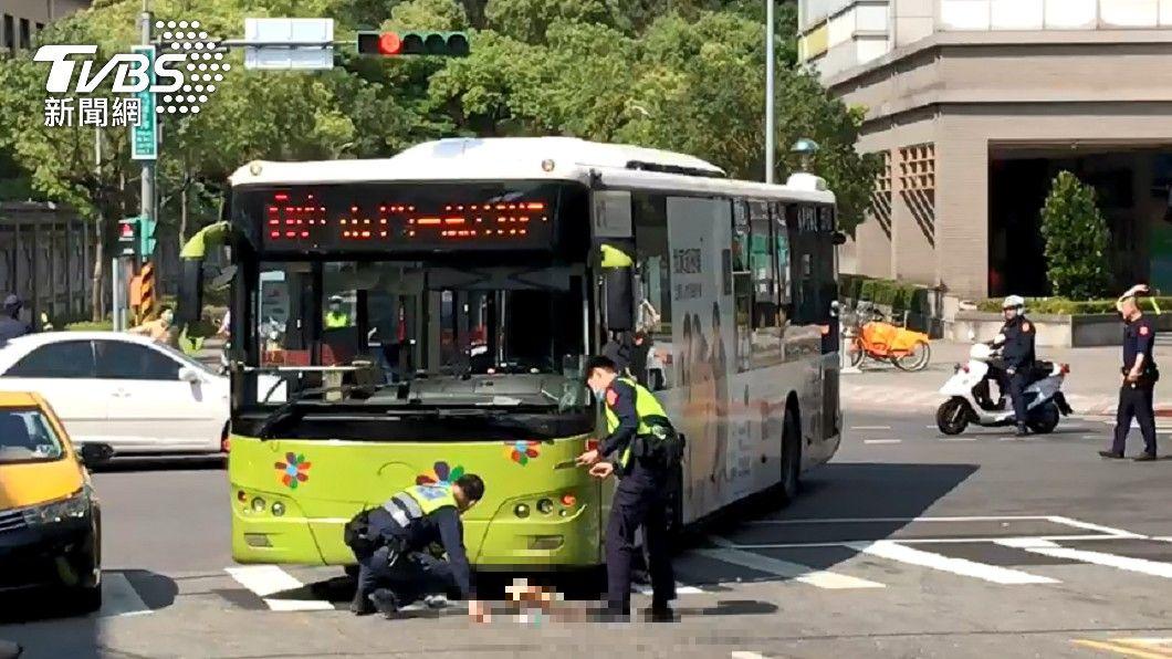 北市文山區發生車禍事故。(圖/TVBS) 北市文山公車輾到人 婦遭捲車底「滿地血痕」命危搶救