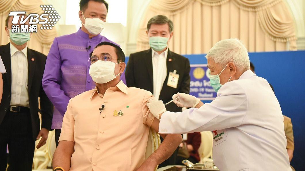 泰國總理帕拉育接種AZ疫苗。(圖/中央社) 泰國評估後開始施打AZ疫苗 總理帕拉育率先接種