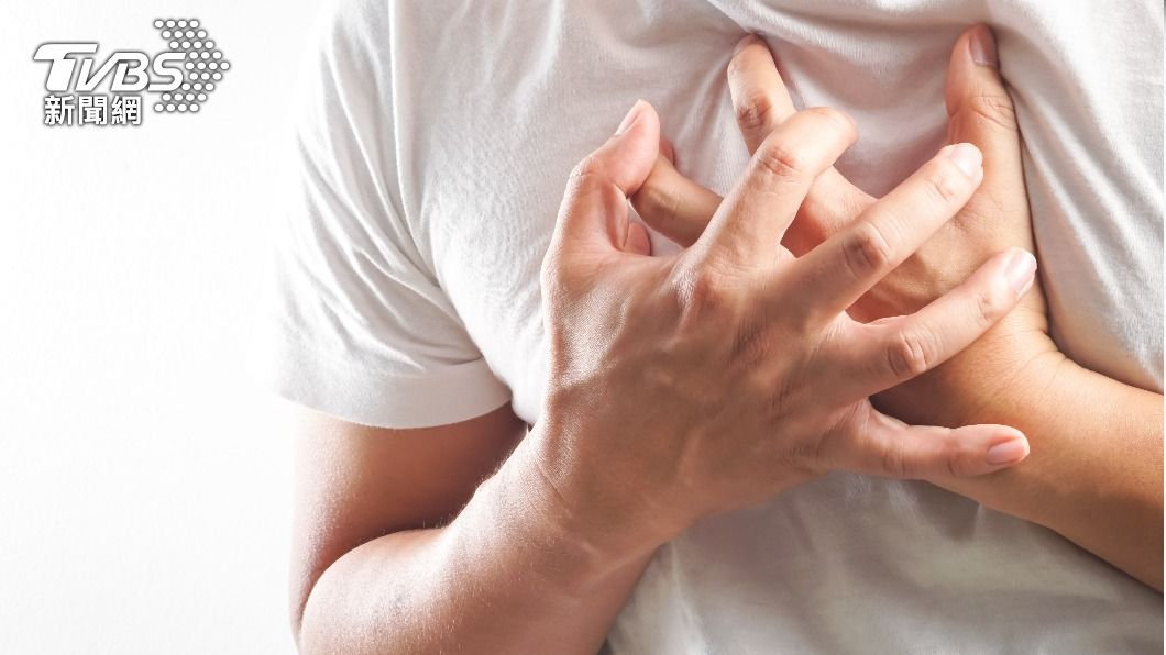 若患有「主動脈剝離」,有突發撕裂般的胸背疼痛。(示意圖/shutterstock達志影像) 比心肌梗塞更致命!壯年男性須留意「主動脈剝離」