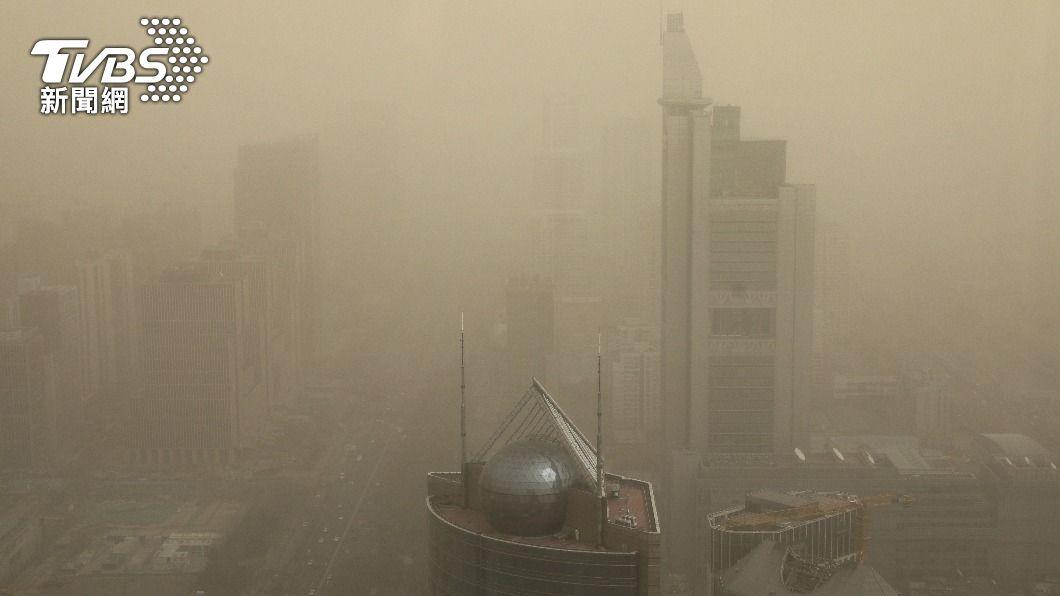 圖/達志影像路透社 蒙古沙塵暴現紅天空 北京人「上班變兵馬俑」