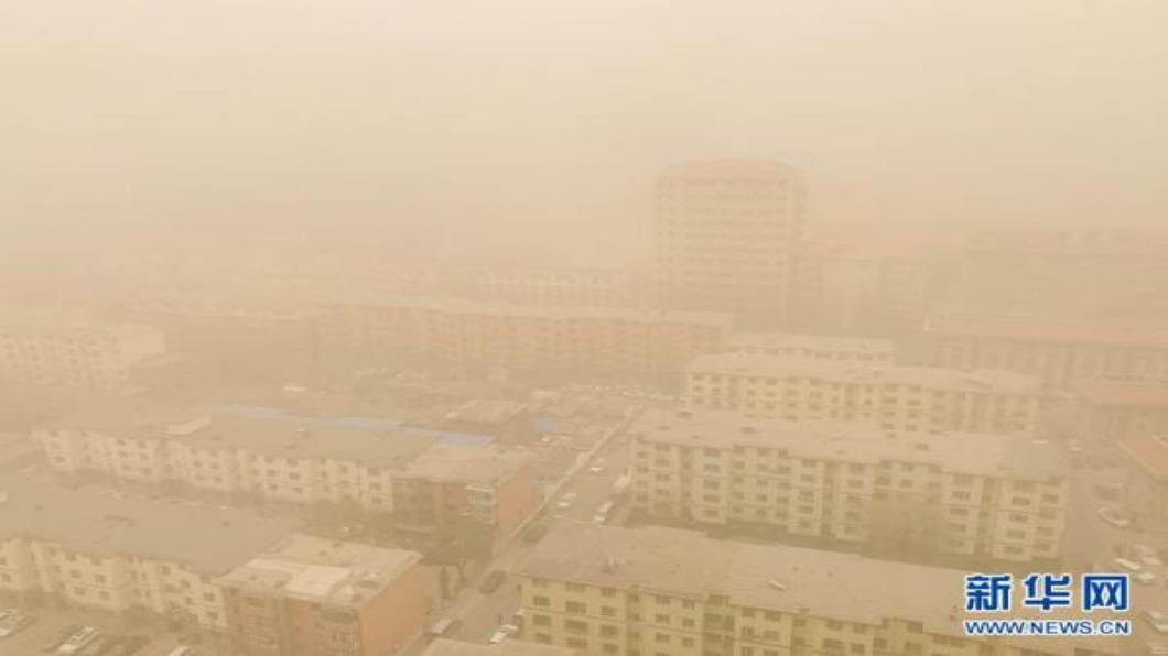 圖/翻攝自 新華網 北京近10年來最大沙塵暴 市民諷:吸完霧霾換吃土