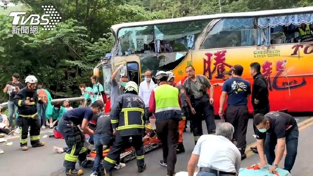 蘇花公路115公里發生遊覽車撞山壁的意外。(圖/TVBS) 遊覽車撞蘇花公路山壁 車破大洞乘客抱頭逃出滿臉血