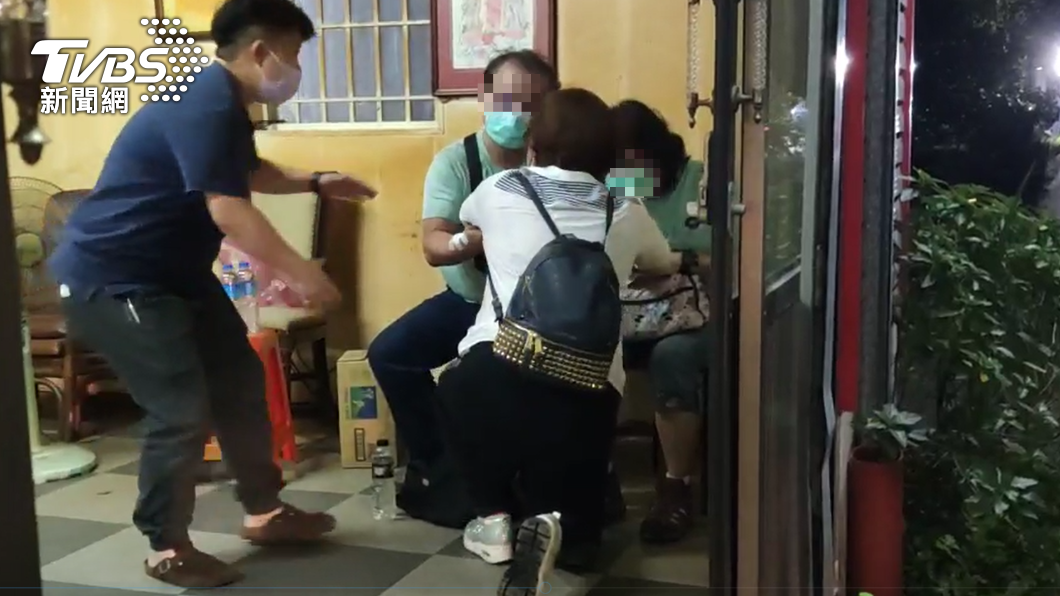 復興里長下跪向家屬道歉。(圖/TVBS) 蘇花車禍遭拋飛 倖存者還原「煉獄現場」:連過3彎很急