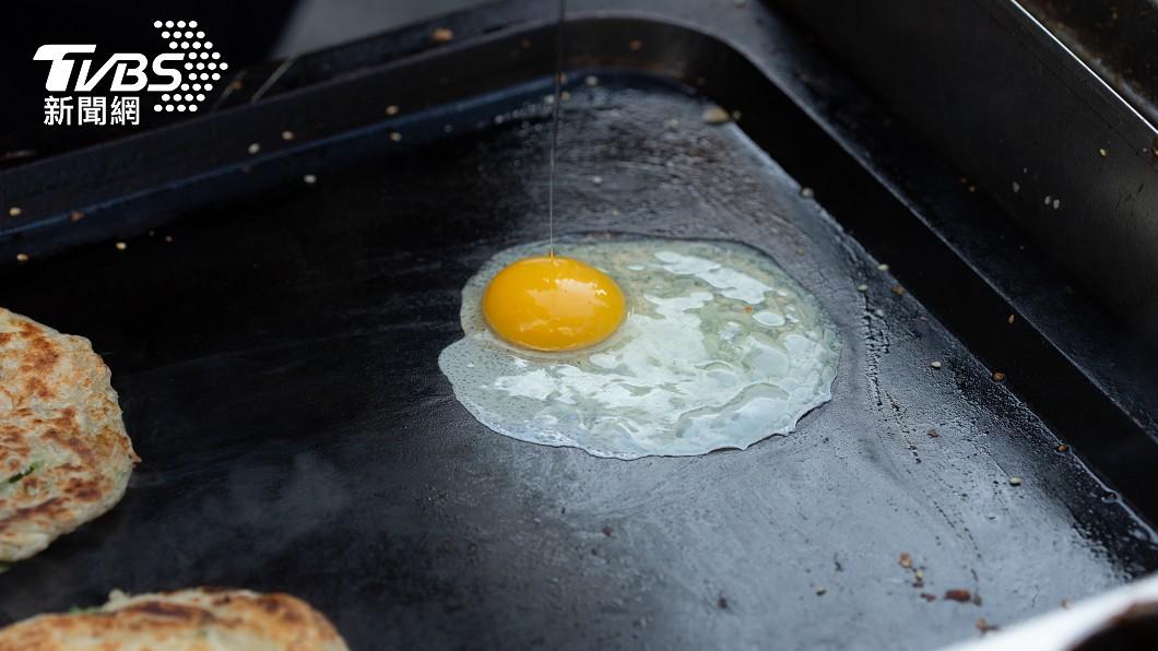 早餐店業者疑似遇到奧客,鑽漏洞在外送備註欄要求加火腿。(示意圖/Shutterstock達志影像) 客點15元荷包蛋「備註加2火腿」 老闆怕負評無奈照做