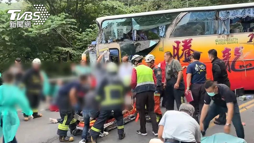 遊覽車行經蘇花公路撞上山壁釀成6死。(圖/TVBS) 父母旅行撞期逃蘇花車禍死劫 他一眼認出:員工旅遊年年搭