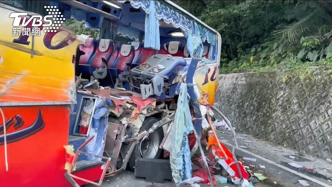 遊覽車行經蘇花公路撞上山壁釀成6死。(圖/TVBS) 蘇花車禍釀6死 遊覽車公會揭「關鍵」:駕駛疏失比例大