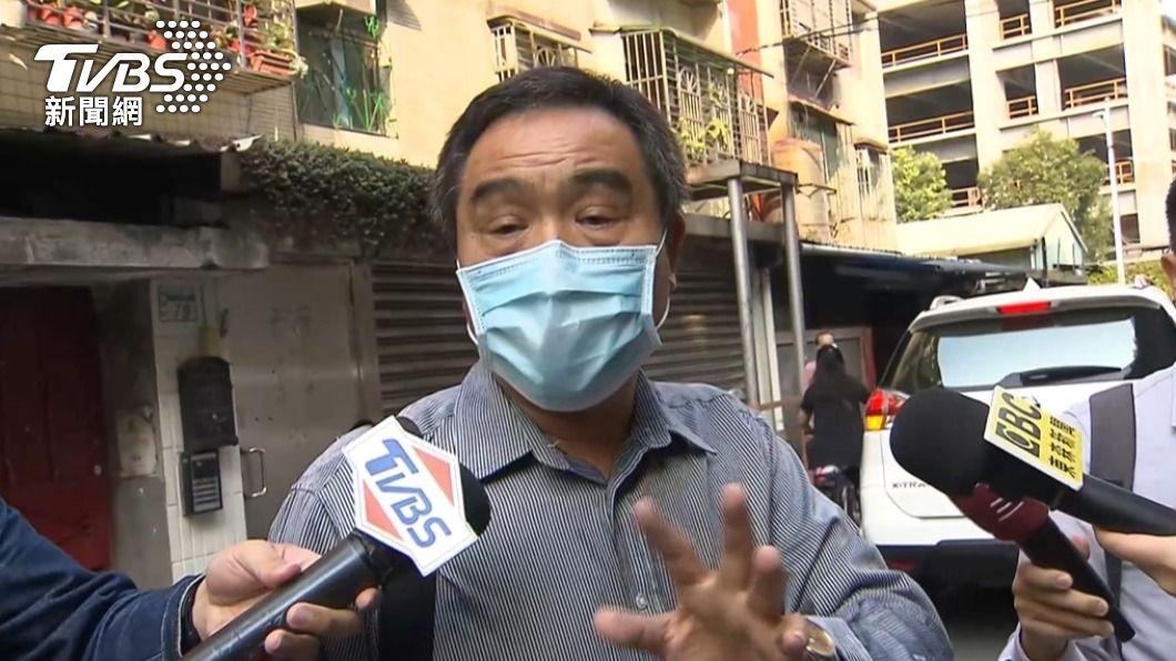 騰龍通運負責人陳聰騰稍早現身,準備趕往處理保險、探視傷者。(圖/TVBS) 蘇花車禍慘釀6死 騰龍負責人致歉:不知為何會出事
