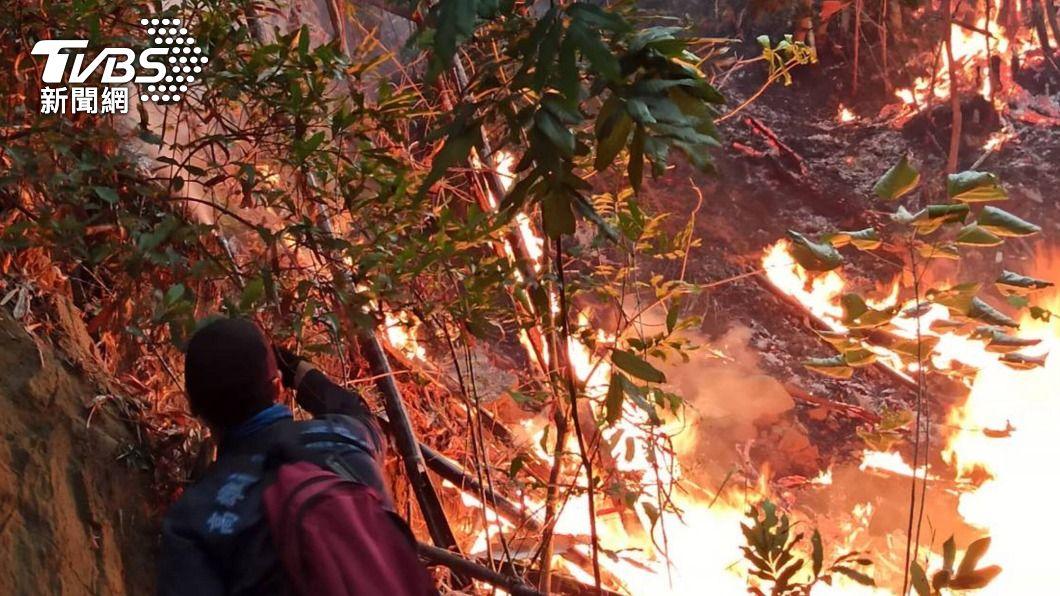 (圖/中央社) 美濃火燒山出動上百人救火 3天灑水470噸終撲滅