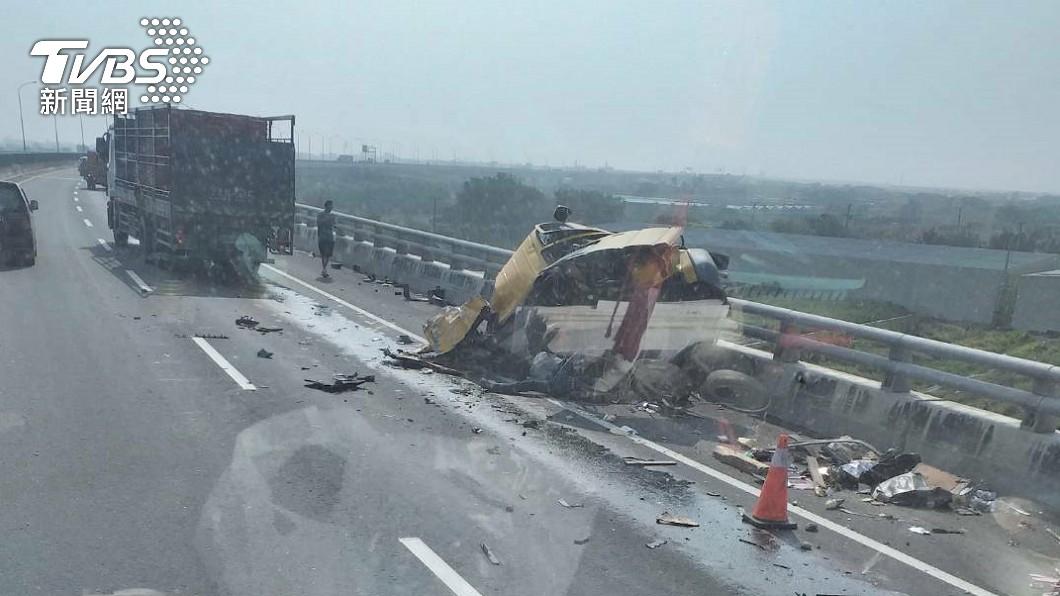 西濱公路發生嚴重車禍。(圖/TVBS) 西濱又傳車禍!彰化段工程車被撞爛 1人卡車內急救中