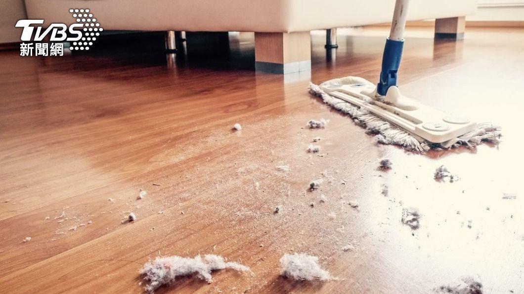 一名似乎有潔癖的人妻哀號,每天掃地拖地讓她相當疲累。(示意圖/Shutterstock達志影像) 「每日掃拖3回合」極限潔癖 人妻累炸崩潰:我病了?