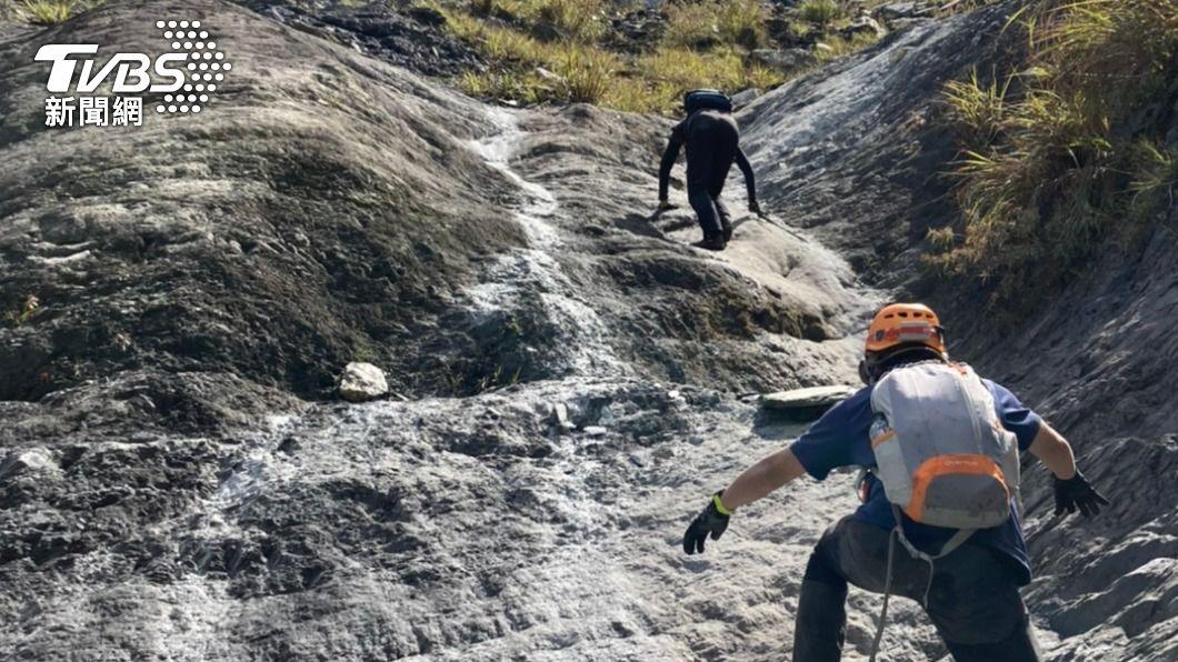 失事地點位處深山,人員徒步上山救援。(圖/TVBS) 塑膠廠少東遊茂林多納一線天 疑失足墜崖掛岩壁身亡
