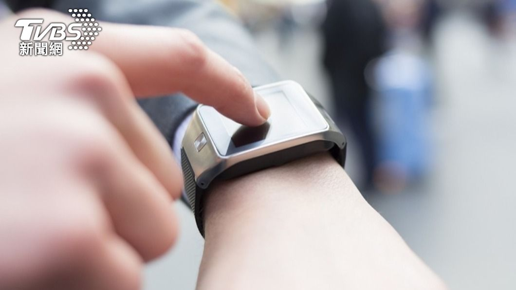 女子靠著智慧錶跳出通知驚覺男友出軌。(圖/TVBS) 男友智慧錶「半夜耗5百卡」 英女怒抓床上運動鐵證