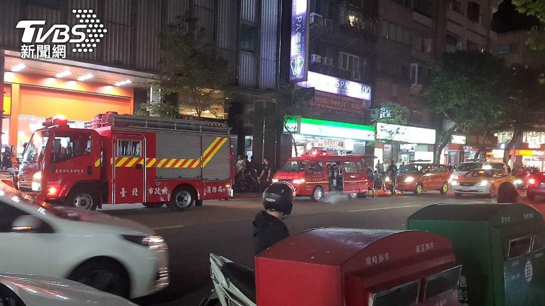 林森北酒店傳出嫌犯扔擲爆裂物。(圖/TVBS) 林森北酒店遭丟爆裂物 1男遭波及、20歲通緝犯投案