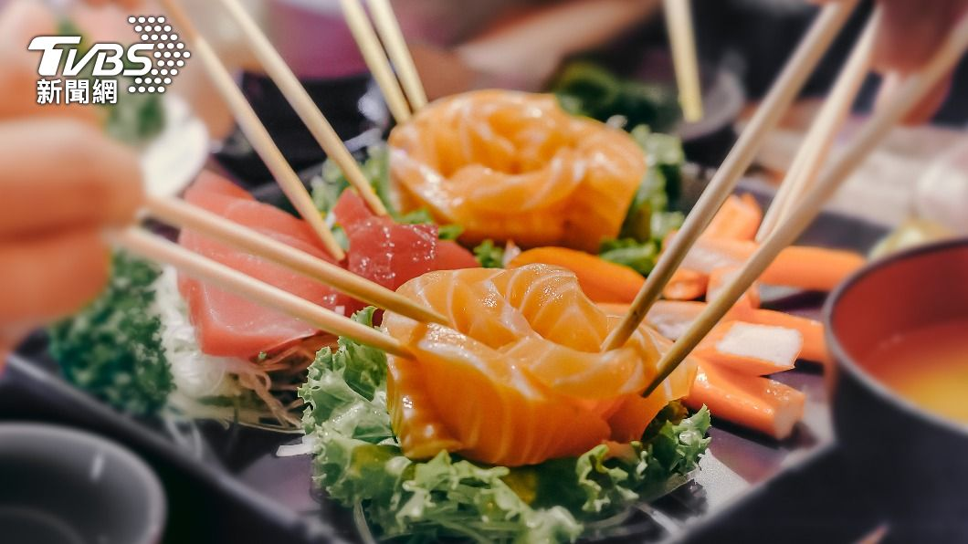 壽司業者推出優惠活動,全台掀起一波鮭魚之亂。(示意圖/Shutterstock達志影像) 吃爆鮭魚!營養師曝「發胖中毒」風險:10顆為限